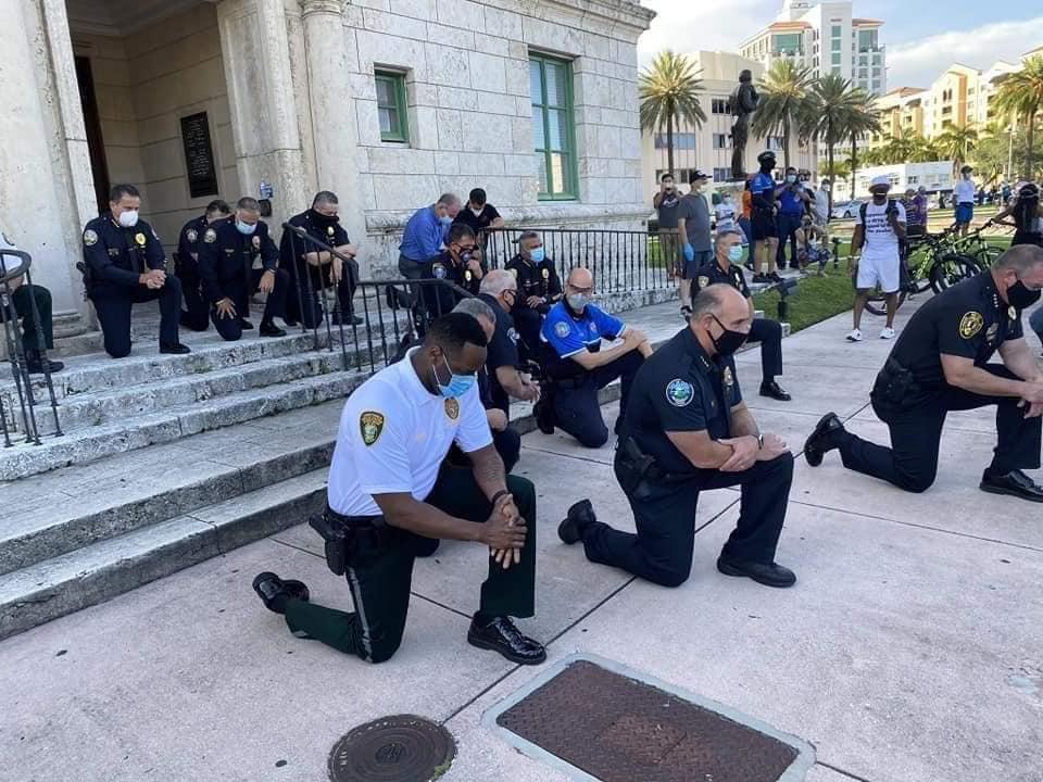 En solidaridad por muerte de George Floyd policías de Miami se arrodillan ante manifestantes