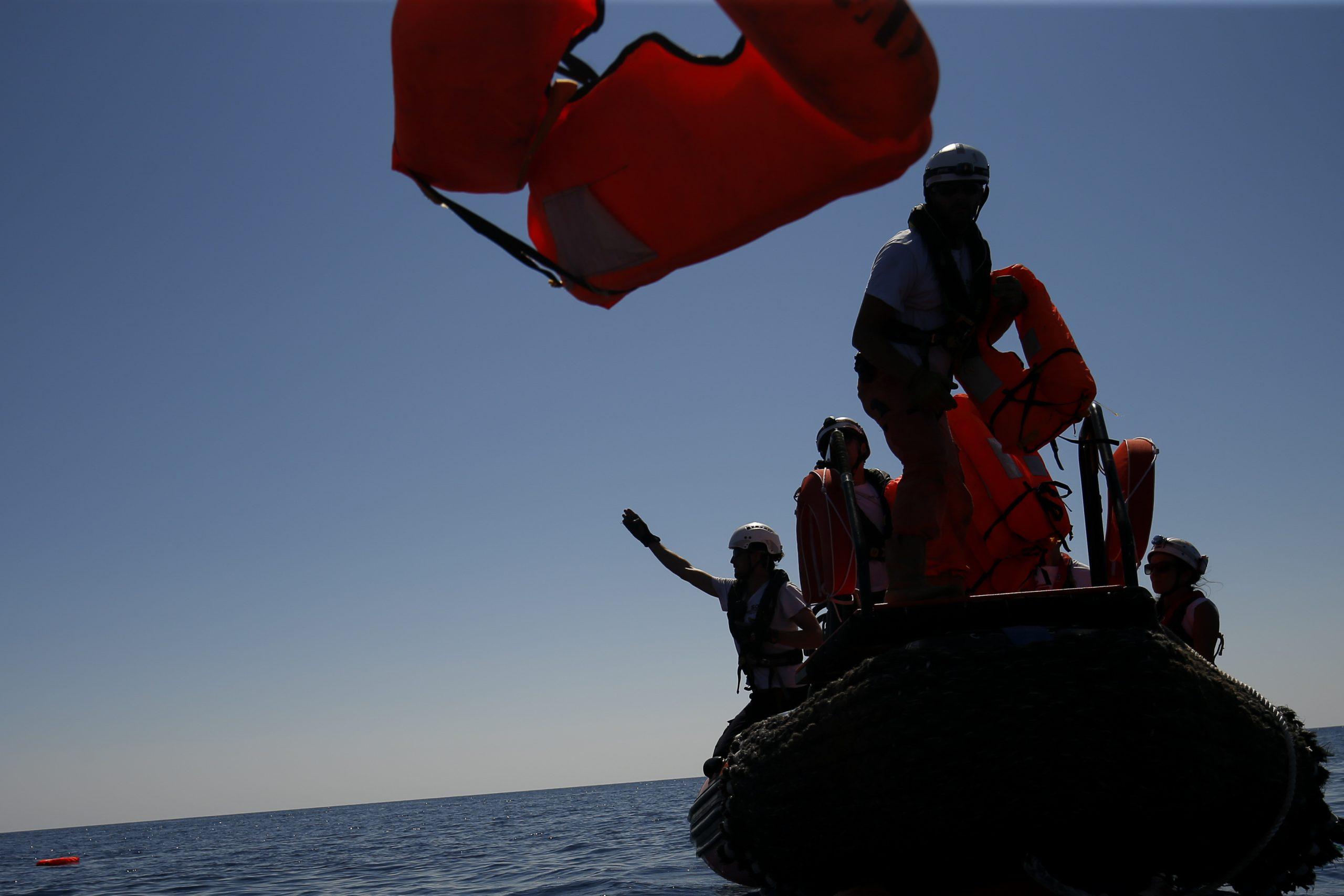 Frente a las costas Libias guardacostas italianos socorren a 84 migrantes