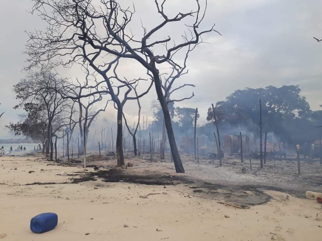 Incendio en playa blanca deja ocho kioscos quemados y cuatro capturados