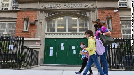 Por aumento de casos de Covid-19, Nueva York cerrará las escuelas públicas
