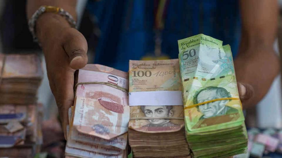 Devaluación de la moneda en Venezuela: un millón de bolívares por un dólar