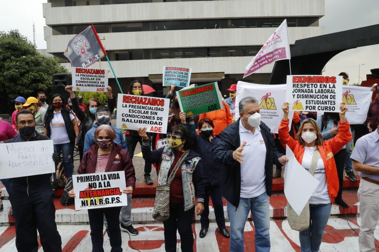 Profesores protestan al frente de la Secretaría de Educación