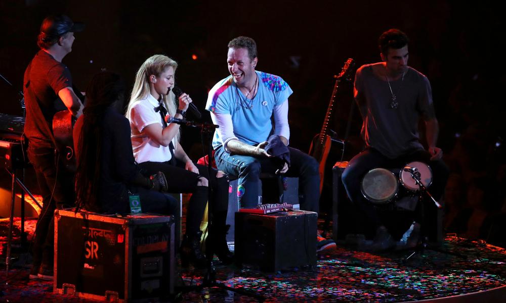 ¡Así se canta español! Shakira canta 'Chantaje' junto a Chris Martin