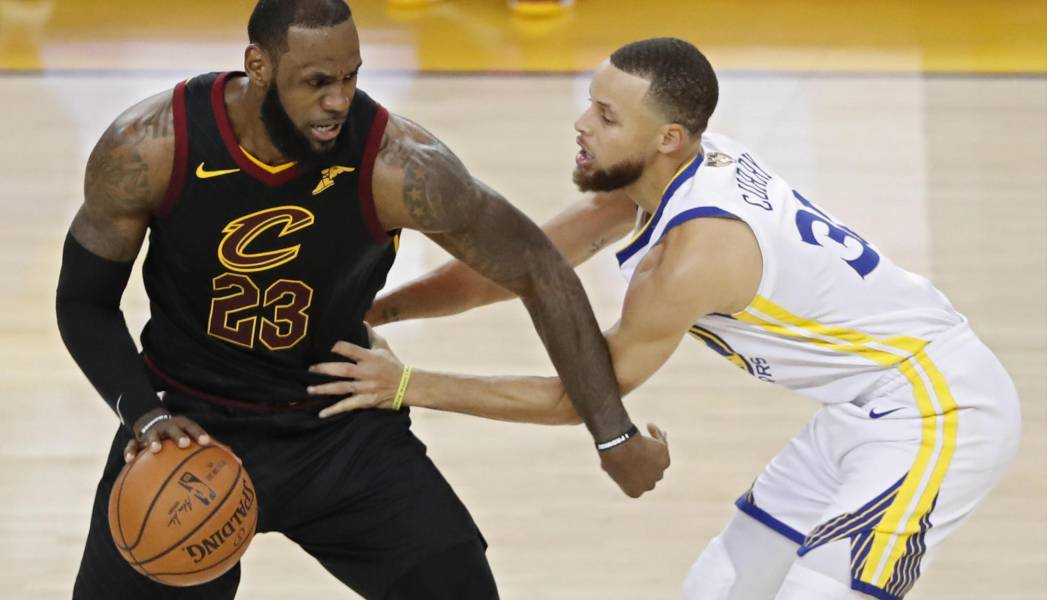 LeBron-James-de-Cleveland-Cavaliers-frente-a-Stephen-Curry-lavibrante