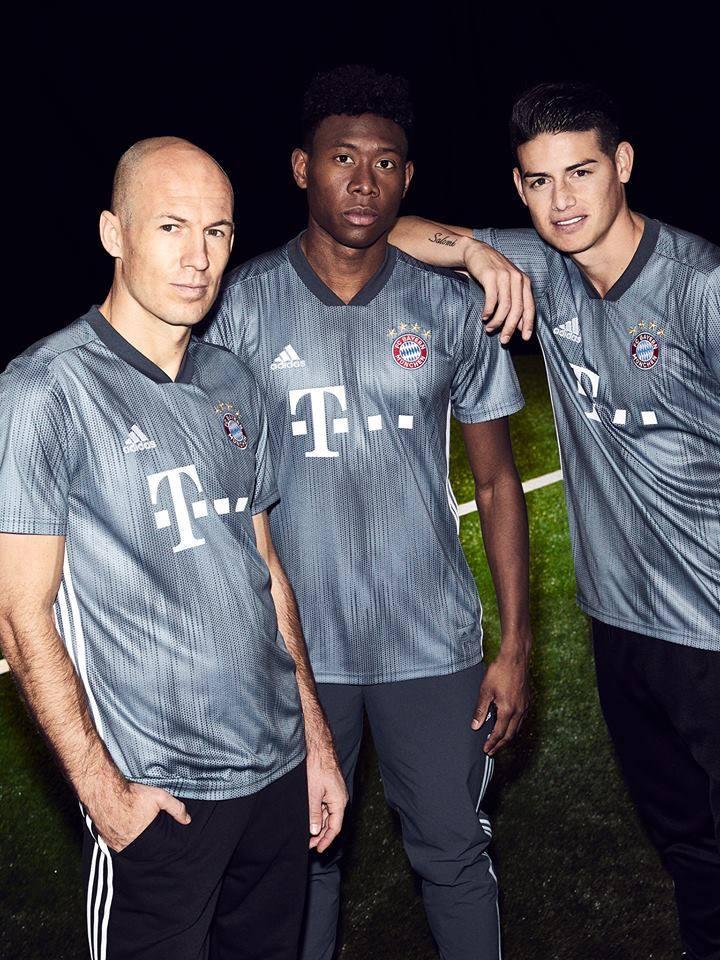 James presentó la camiseta suplente del Bayern Múnich para la Champions League