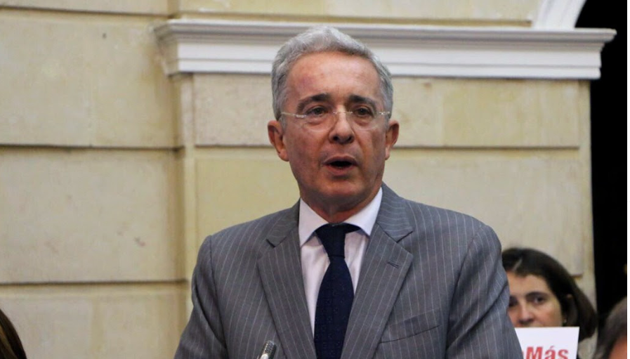 """Álvaro Uribe: """"Si hay unos niños en el campamento de un terrorista, ¿qué supone uno?"""""""