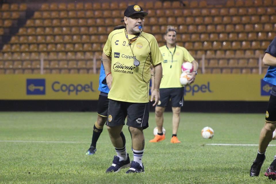 Maradona motiva a sus jugadores por medio de incentivos