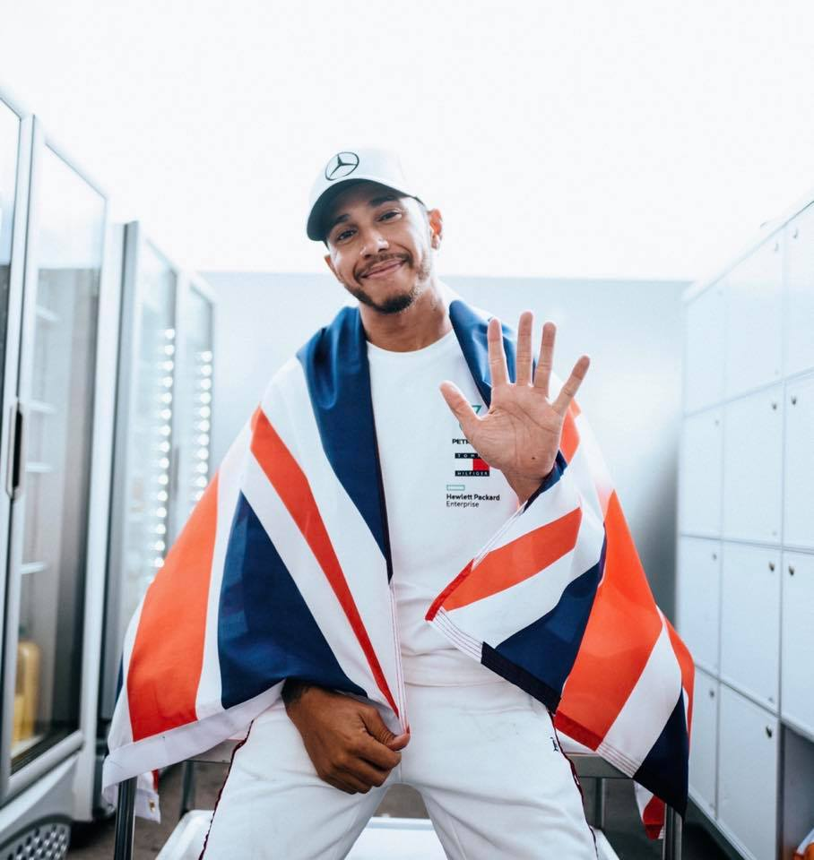 Hamilton festejó el título con una renovación millonaria