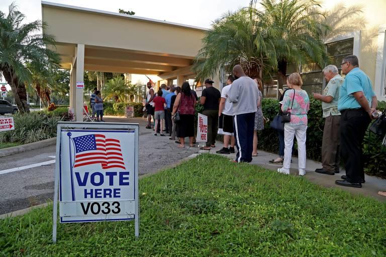 Floridanos participan en elecciones centradas en la gestión de Donald Trump