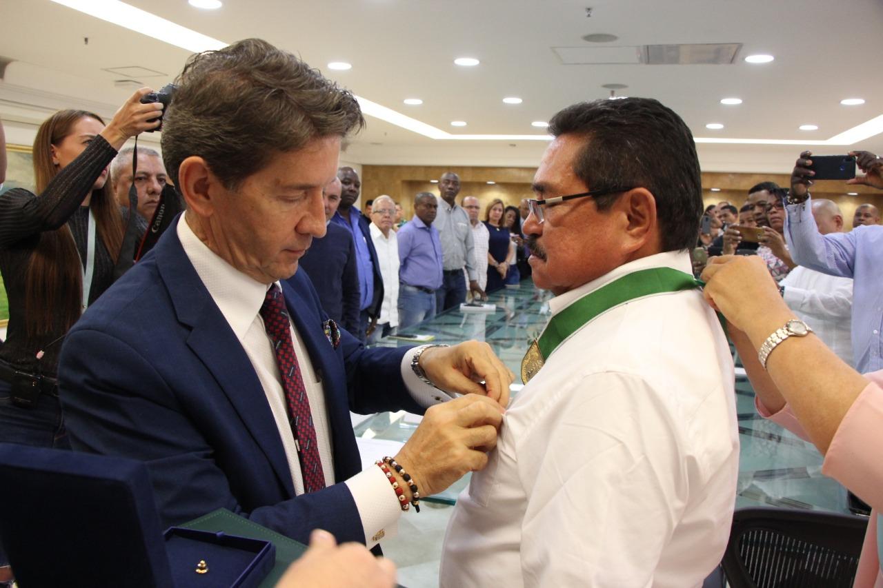 José Guillermo Rivera Zapata recibe el Escudo de Antioquia Categoría Oro