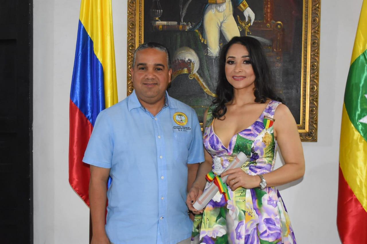Alcalde condecora a artista cartagenera