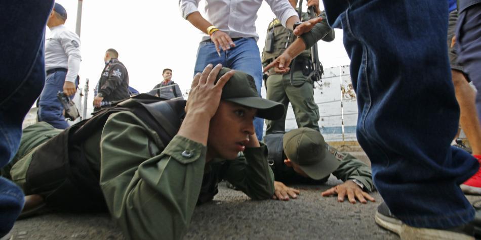 Fuerzas armadas poco a poco dan la espalda a Maduro