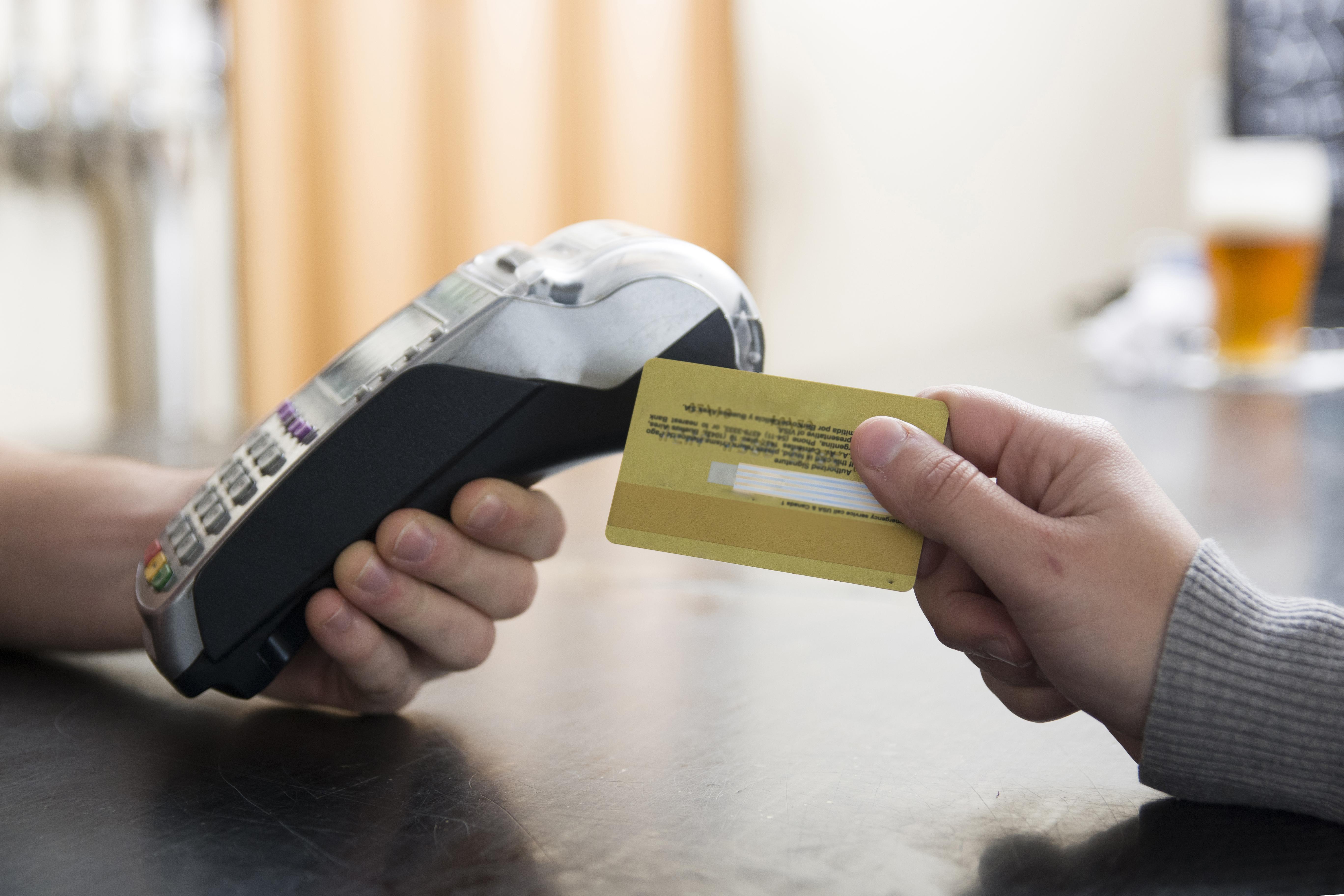 Eliminarían costos por manejo de tarjeta bancaria