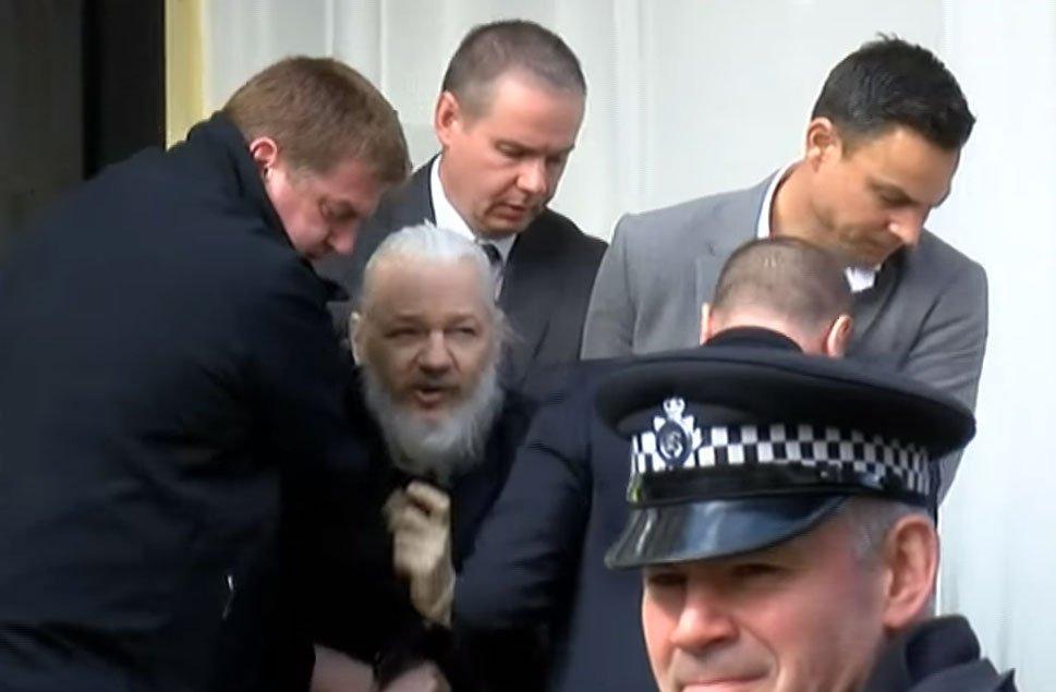 Julian Assange es arrestado tras revocación de asilo político