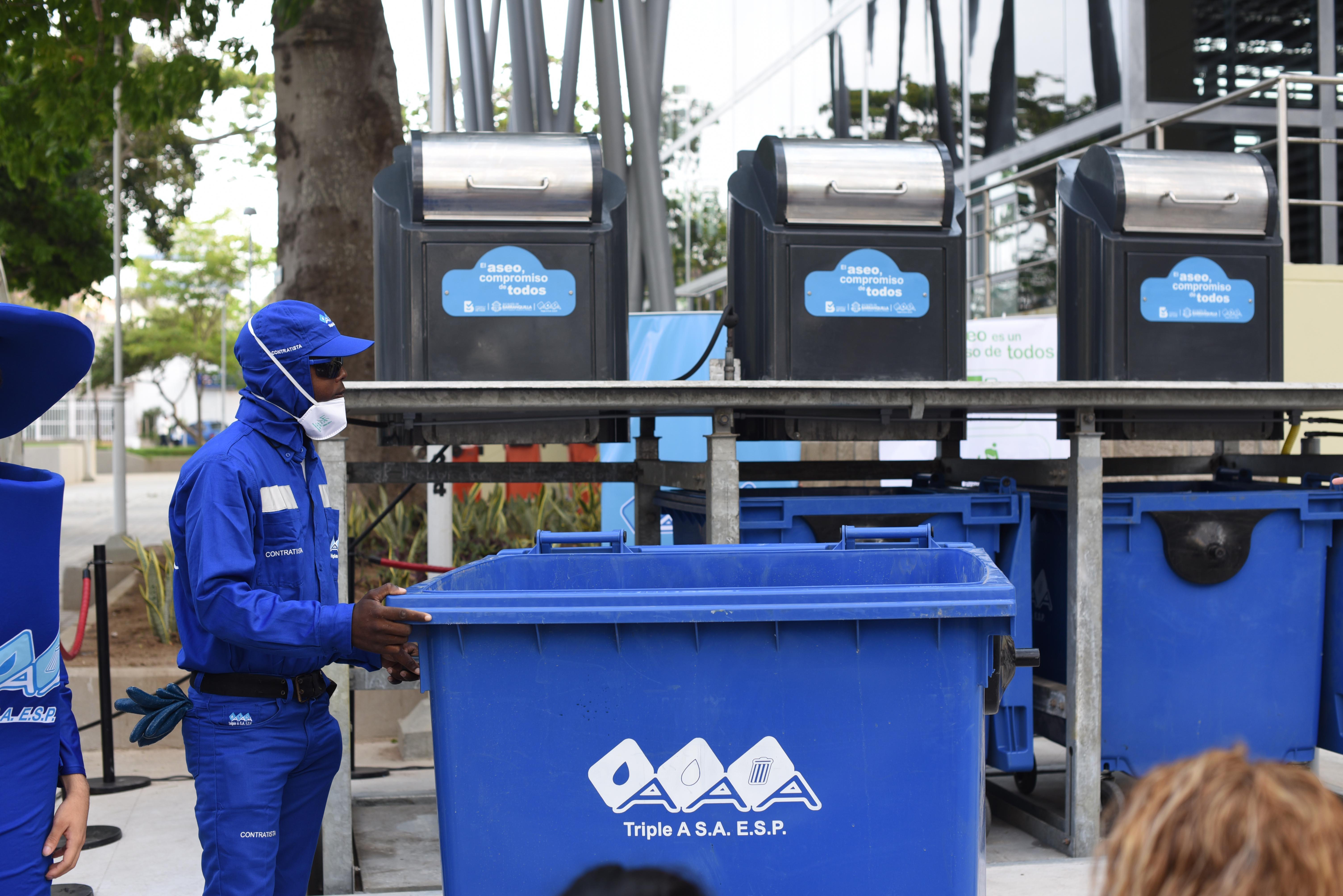Triple A instala canecas soterradas en el parque suri salcedo