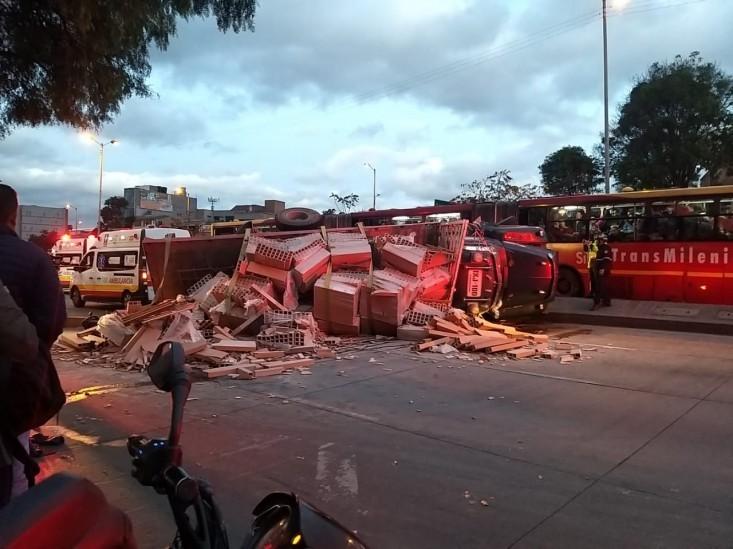 Camión cargado con ladrillos se volcó en Bogotá