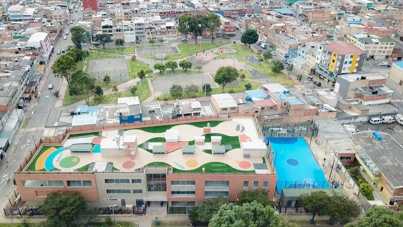 Alcalde de Bogotá entrega colegio renovado en Puente Aranda