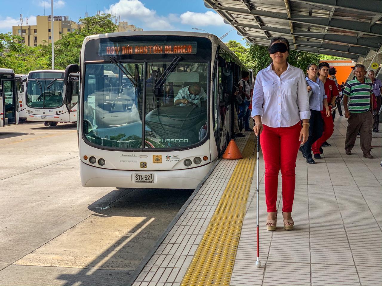 Transmetro y Fundavé realizaron una jornada pedagógica para que usuarios faciliten movilidad de personas ciegas