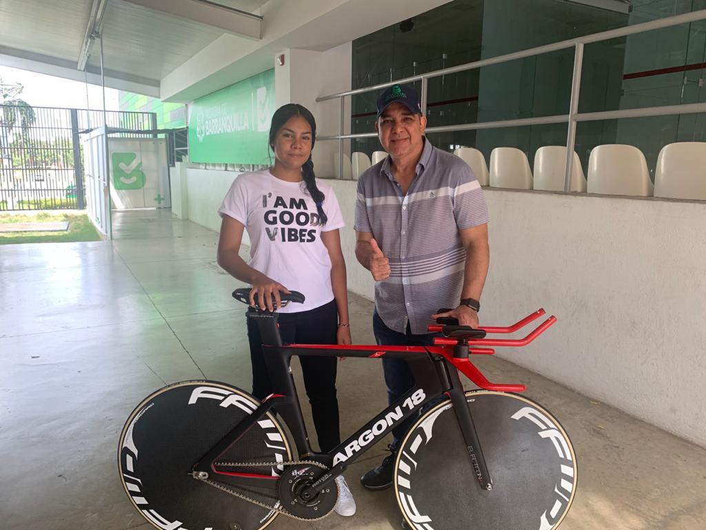 Alcalde Char cumplió promesa a ciclista Marianis Salazar al entregarle una bicicleta para competencias