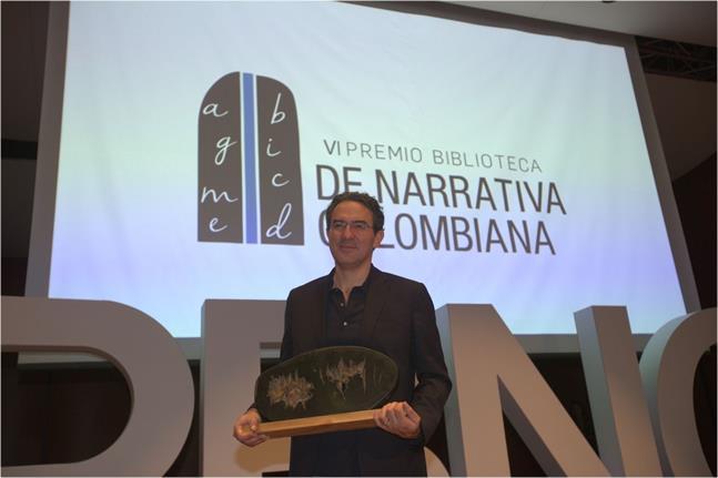"""Juan Gabriel Vásquez obtuvo el premio biblioteca de narrativa colombiana con su obra """"canciones para el incendio"""""""