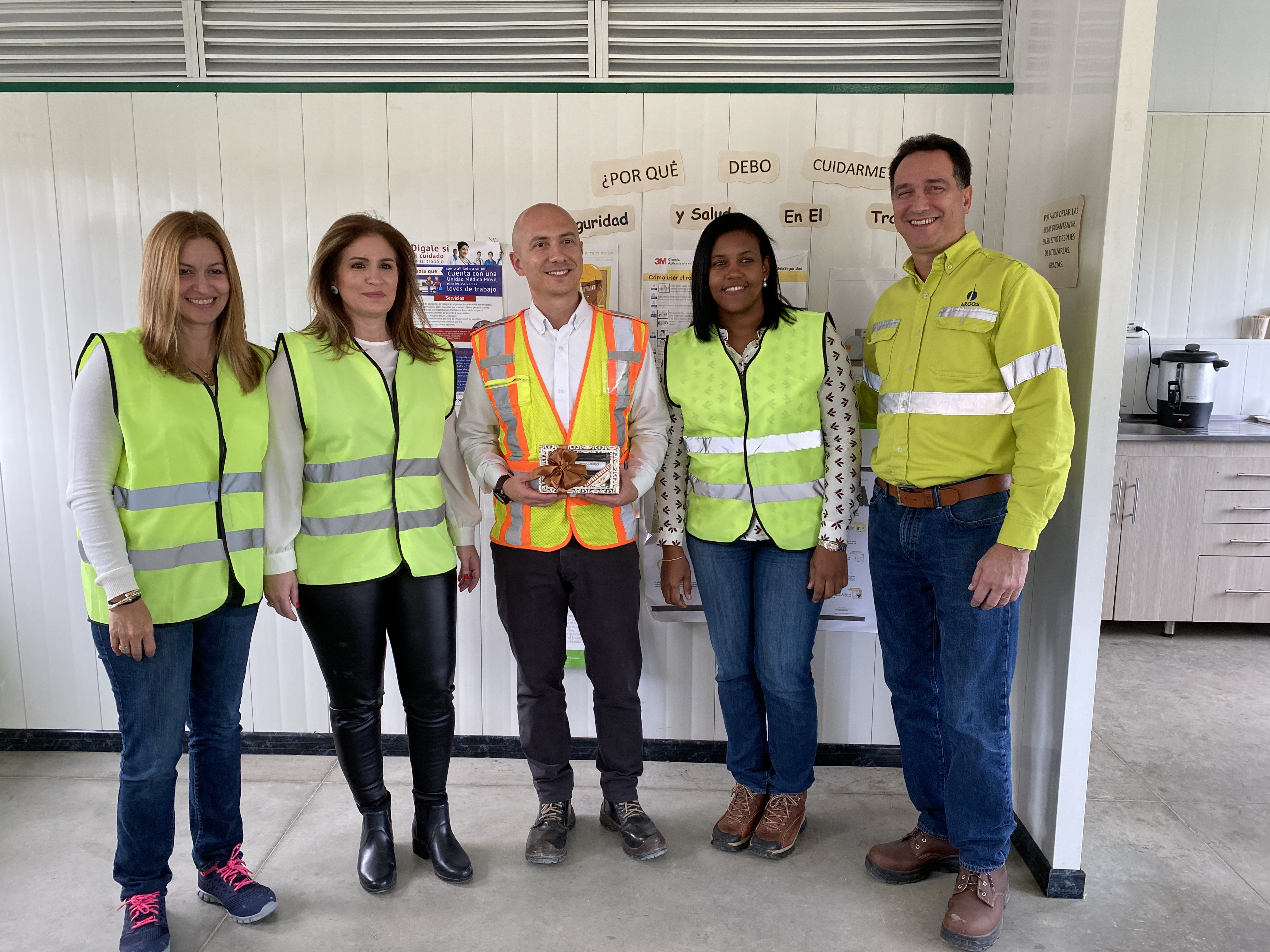 Empresarios dominicanos visitaron las instalaciones de Argos y Greco en Colombia