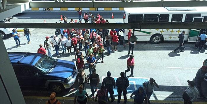 Colectivos chavistas exhiben como trofeo el zapato de uno de los reporteros agredidos