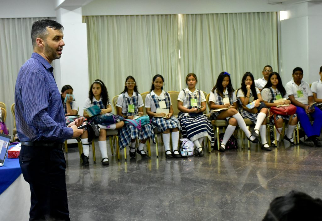 Resultado de imagen de 400 estudiantes de escuelas públicas de Barranquilla compartirán experiencias con expertos del BID