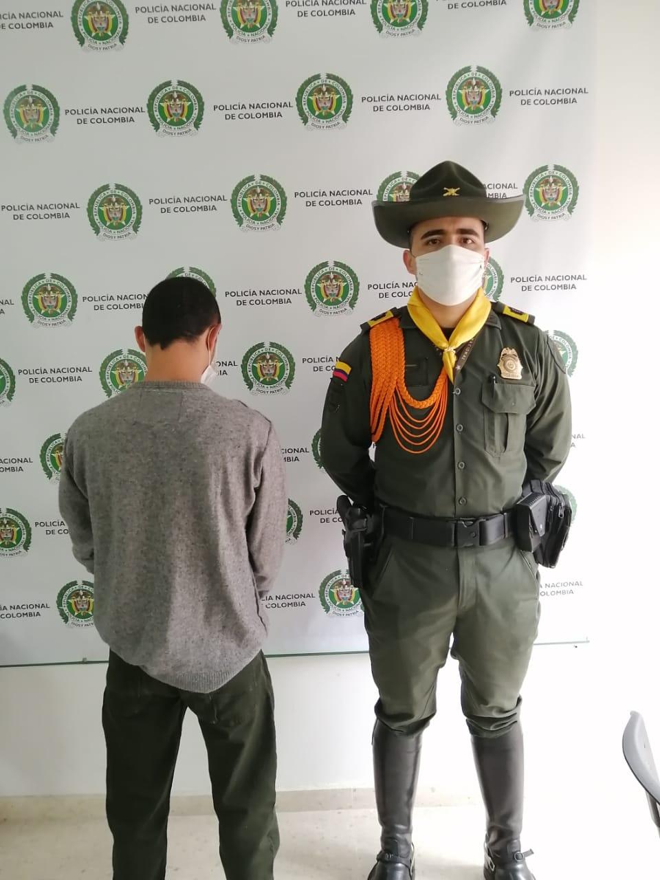 La @PoliciaMzales capturan  a una persona que pretendía ingresar a la cárcel de varones Manizales 390 gr de estupefacientes