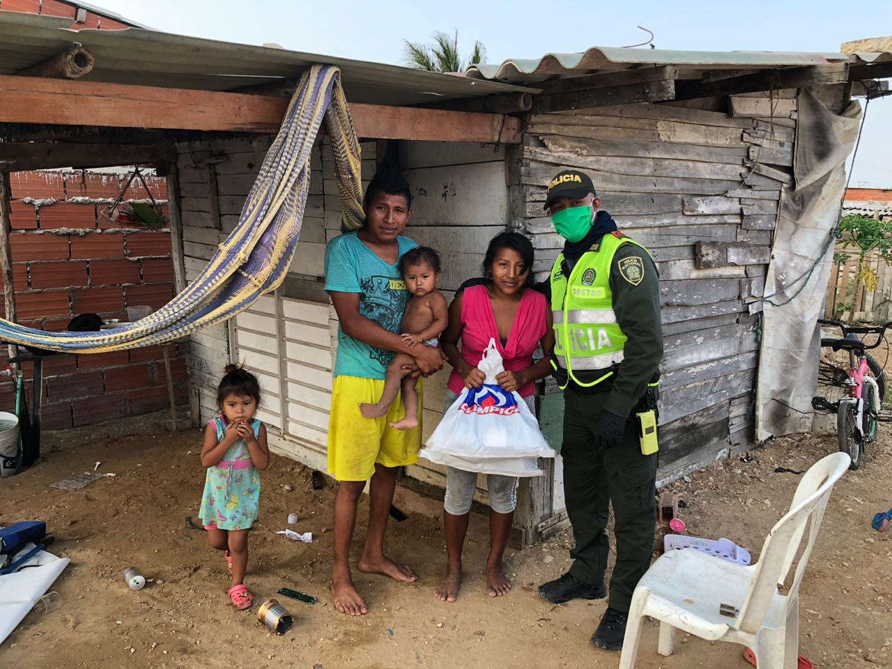 Policía de Barranquilla entregó 70 mercados en sector conocido como La Cangrejera