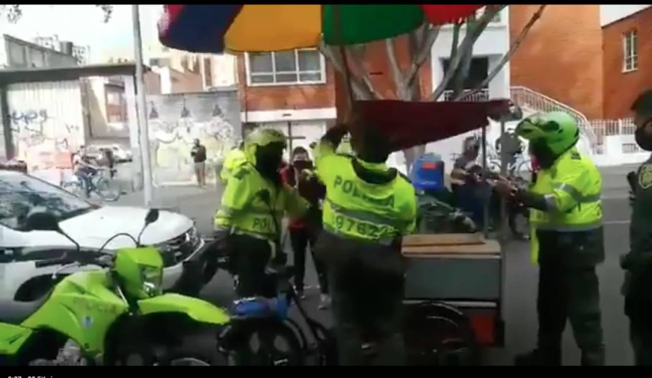 Policías son captados agrediendo a vendedores informales en Bogotá