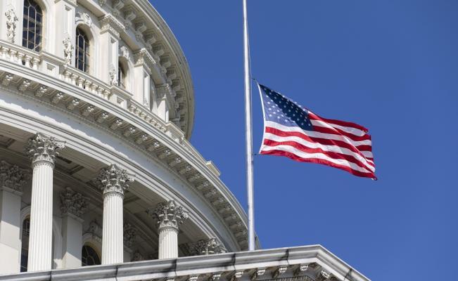 La bandera de los Estados Unidos se ondeará a media asta por víctimas de COVID-19