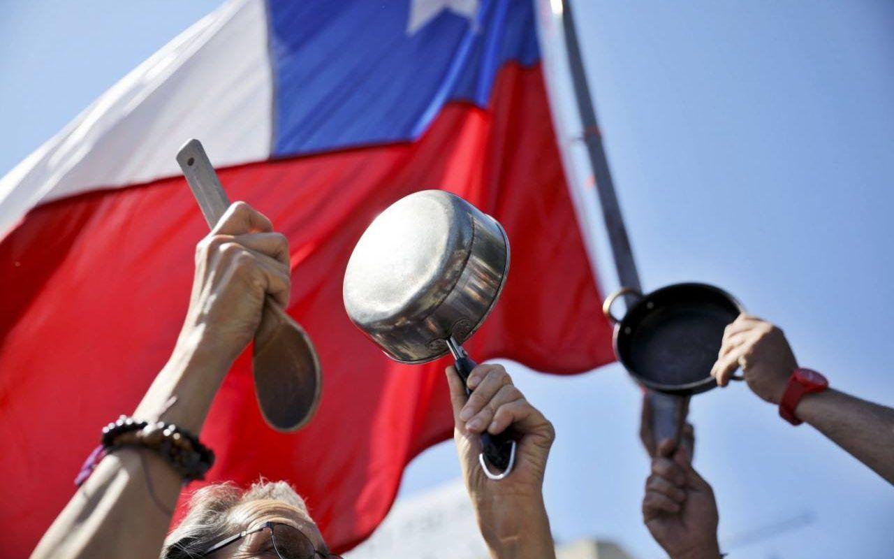 Protestas y cacerolazos por hambre en Santiago de Chile