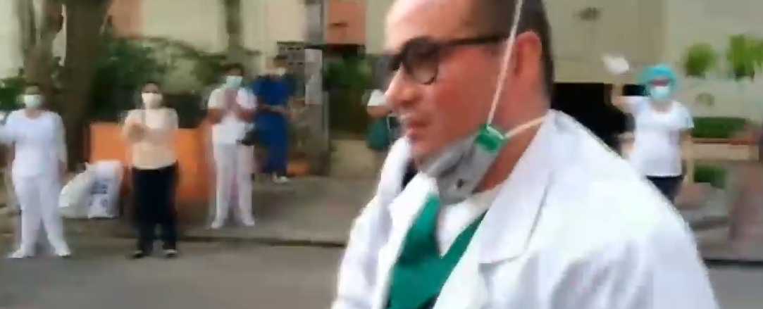 Médico José Julián Buelvas fue recibido con calle de honor y pañuelos blancos