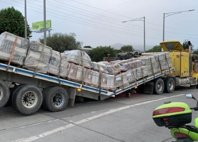 Tractomula cargada de cerámica se partió en dos en plena Autopista Norte en Bogotá