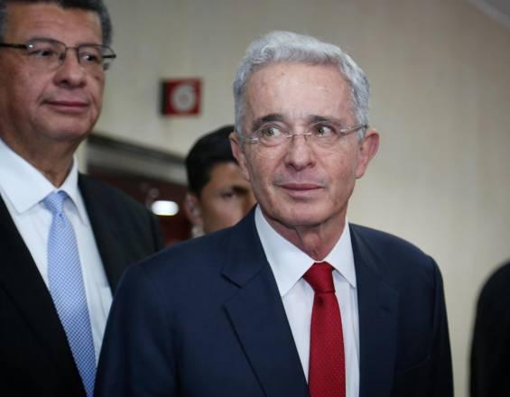 Uribe propone que en Reforma Tributaria incluyan impuestos para pensiones y salarios altos.