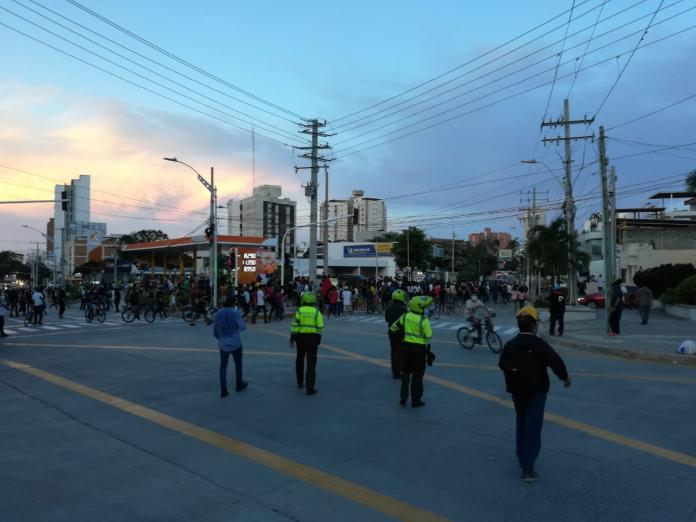 Caos en Barranquilla por fuertes disturbios en rechazo contra abuso policial