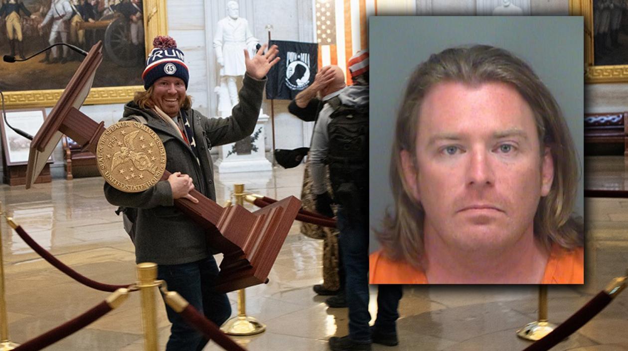 Capturan en Florida al 'hombre del atril', uno de los que irrumpió en Capitolio de EE.UU.