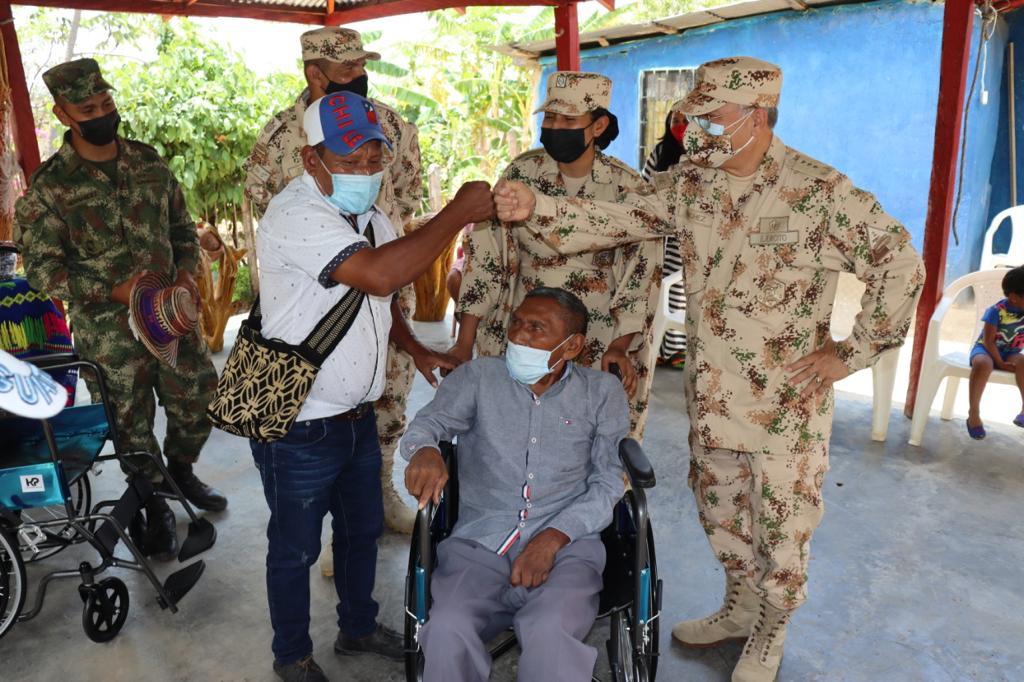 Dos sillas de ruedas nuevas fueron entregadas a la comunidad indígena el Zahino por parte del Ejército Nacional