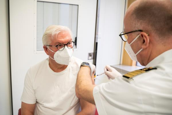 Presidente alemán Frank-Walter Steinmeier recibe la vacuna de AstraZeneca