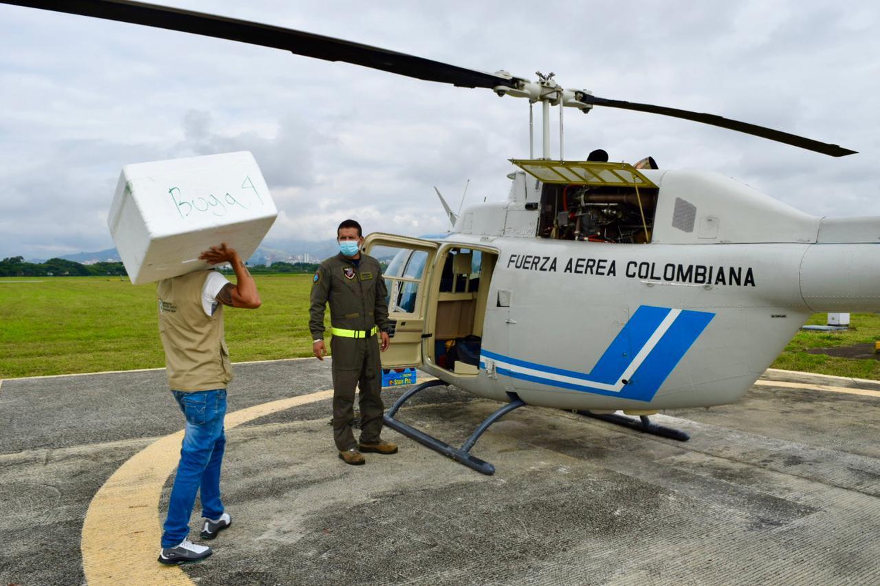Más de 20.000 vacunas contra el COVID-19 llegaron a municipios del Valle del Cauca en helicóptero de su Fuerza Aérea