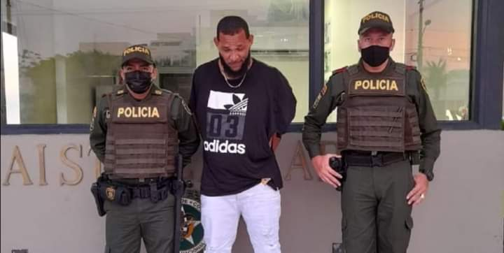 Capturan a un hombre, tras pegarle a un policía