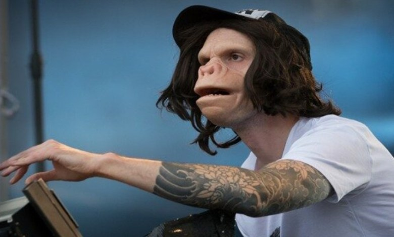 El DJ belga con rostro de simio reinventa el himno de su país