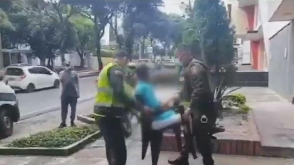 Graban a una mujer que golpea a un abuelo con correa, el video llego a la policia de Bucaramanga