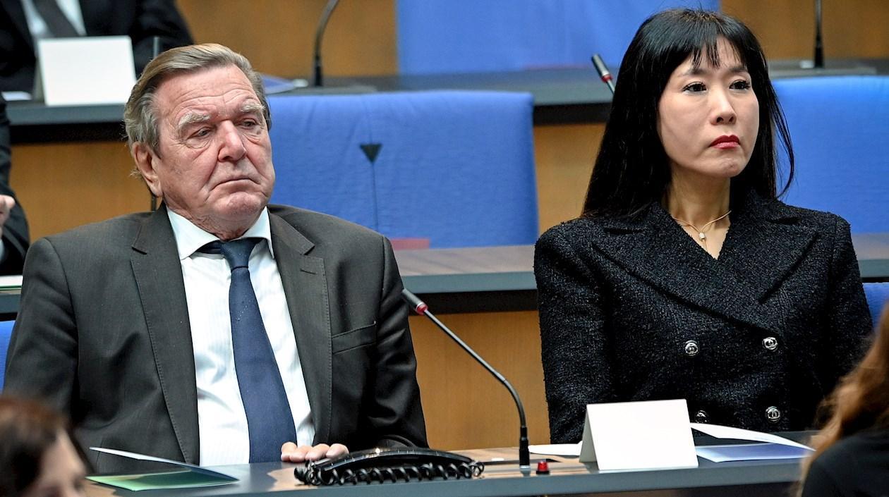 Excanciller alemán deberá pagarle al ex de su pareja 22.000 euros por deshonor sufrido