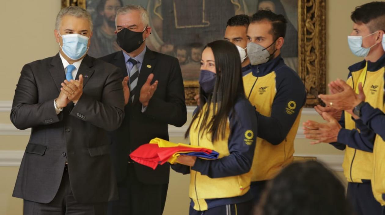 Delegación colombiana recibió pabellón nacional, con la ilusión dorada de los Olímpicos