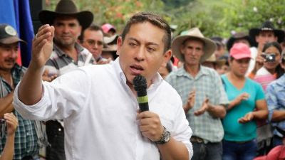 Carlos Amaya propone 6.402 becas para que jóvenes estudien en el exterior
