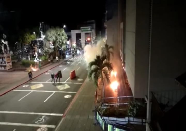 Destruida quedó la fachada de la Alcaldía de Floridablanca, Santander que fue atacada