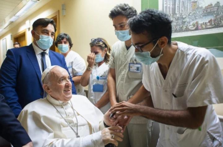 El papa Francisco fue dado de alta tras su operación de colon y abandonó el hospital Gemelli de Roma