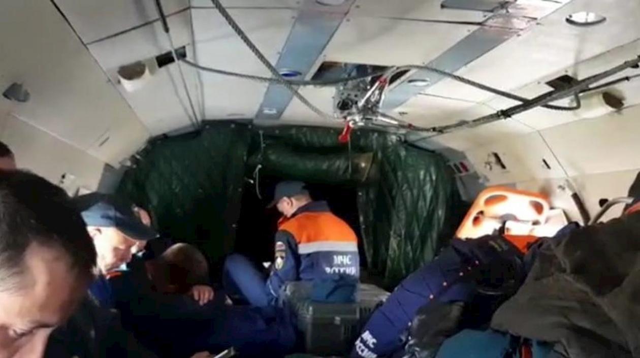 Hallan los restos de avión que se estrelló en Rusia con 28 personas a bordo