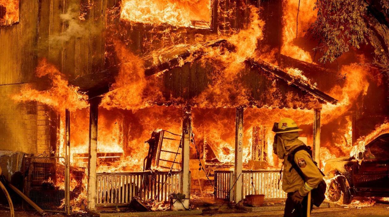 La batalla contra el incendio más grande del año en California: Casi 3 mil bomberos trabajan contra el fuego
